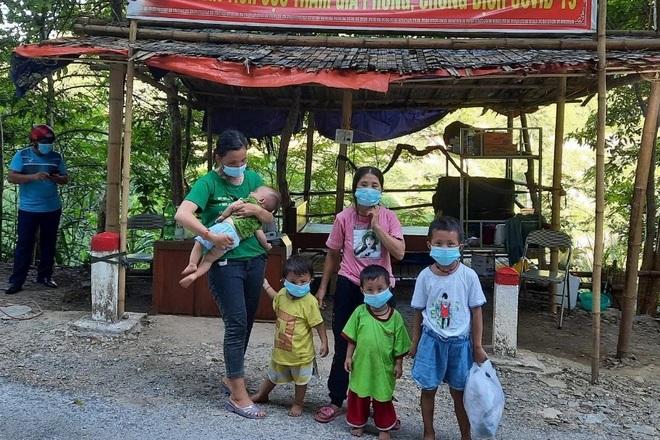 Người dân nghèo biên giới lên rừng hái sản vật ủng hộ khu cách ly - 2