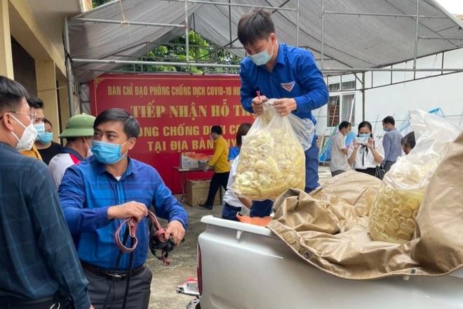 Dịp này, xã Tam Hợp cũng phát động bà con nhân dân ra quân lên rừng thu hoạch, tìm kiếm sản vật để tặng bà con vùng dịch huyện Quỳnh Lưu với 3 tạ măng, 3 tạ nếp, hơn 2 tạ rau củ quả, hoa chuối rừng, tổng giá trị khoảng 11 triệu đồng.jpeg