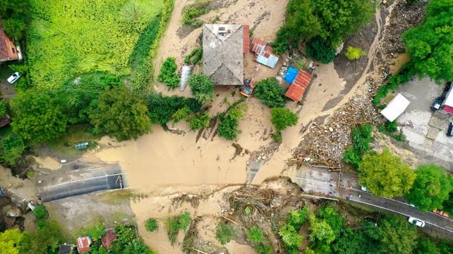Lũ lụt nghiêm trọng làm sập nhà, cuốn trôi ô tô ở Thổ Nhĩ Kỳ - 2