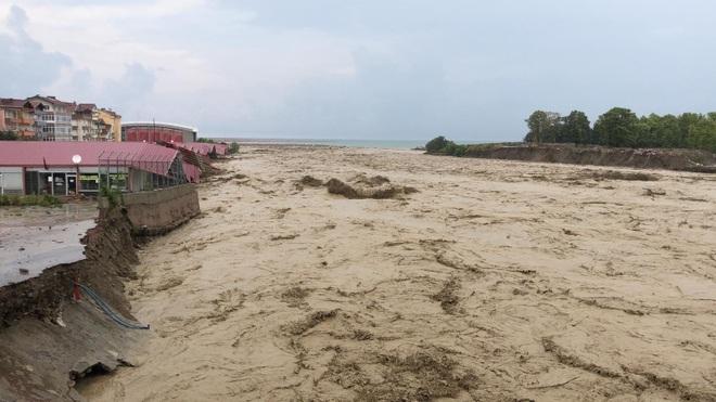 Lũ lụt nghiêm trọng làm sập nhà, cuốn trôi ô tô ở Thổ Nhĩ Kỳ - 4