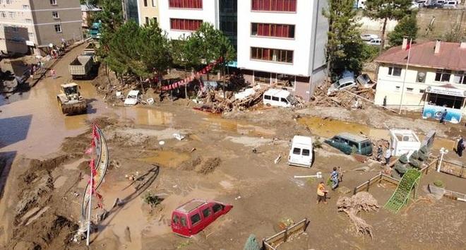 Lũ lụt nghiêm trọng làm sập nhà, cuốn trôi ô tô ở Thổ Nhĩ Kỳ - 3