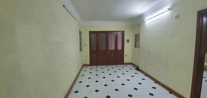 Phía trong căn hộ tập thể không có dấu ấn của thiết kế nội thất.