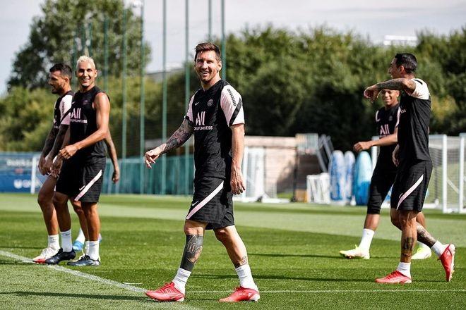 Messi cười tươi rói trong buổi tập đầu tiên với PSG - 10
