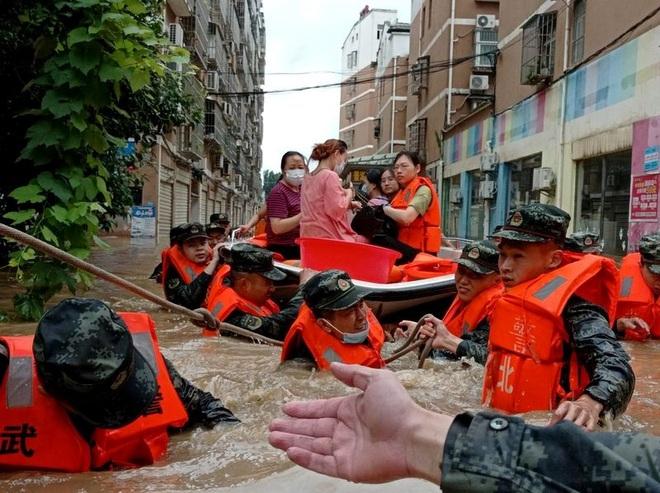 Nhiều thành phố ở Trung Quốc cảnh báo đỏ về mưa lũ - 1