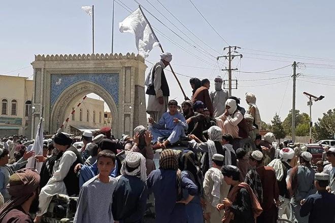 Video Taliban xông vào dinh thự nghi của tướng cấp cao Afghanistan - 2