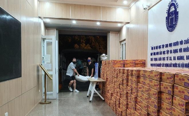 Tặng nhu yếu phẩm cứu trợ gần 1000 sinh viên mắc kẹt tại Hà Nội - 2