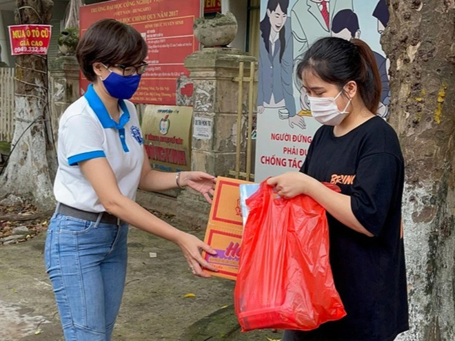 Tặng nhu yếu phẩm cứu trợ gần 1000 sinh viên mắc kẹt tại Hà Nội - 1