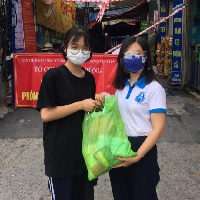 Tặng nhu yếu phẩm cứu trợ gần 1000 sinh viên mắc kẹt tại Hà Nội - 3