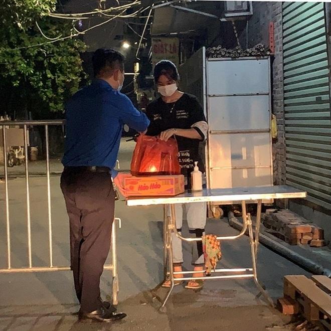 Tặng nhu yếu phẩm cứu trợ gần 1000 sinh viên mắc kẹt tại Hà Nội - 4