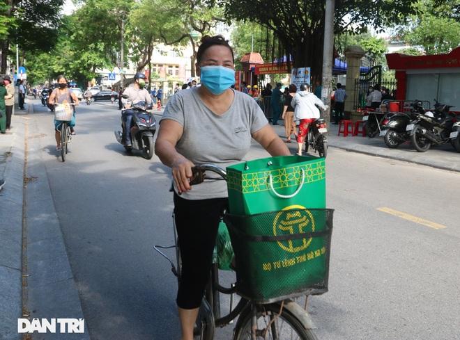 Phiên chợ đặc biệt dành cho hàng trăm người khó khăn ở Hà Nội - 9
