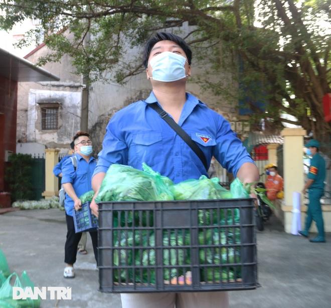 Phiên chợ đặc biệt dành cho hàng trăm người khó khăn ở Hà Nội - 8