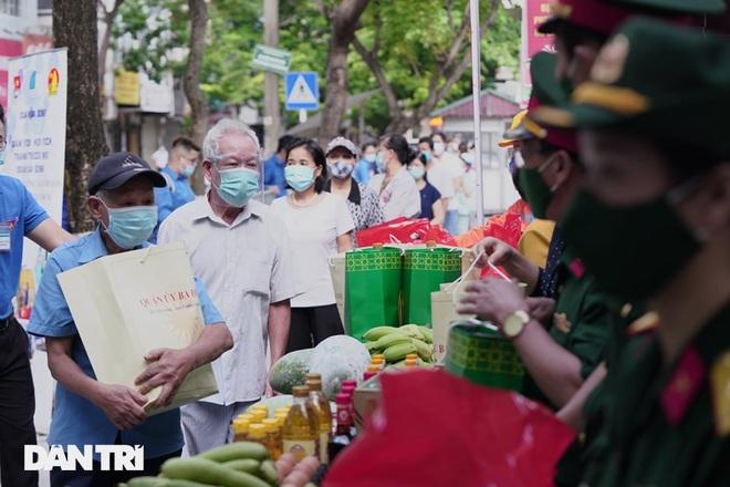 Phiên chợ đặc biệt dành cho hàng trăm người khó khăn ở Hà Nội - 5