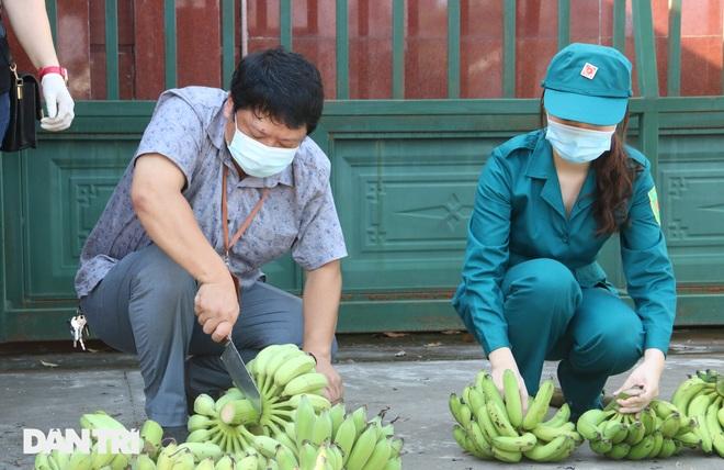 Phiên chợ đặc biệt dành cho hàng trăm người khó khăn ở Hà Nội - 7