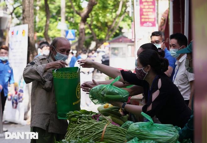 Phiên chợ đặc biệt dành cho hàng trăm người khó khăn ở Hà Nội - 4
