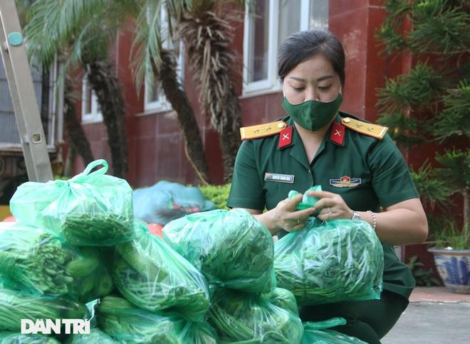 Phiên chợ đặc biệt dành cho hàng trăm người khó khăn ở Hà Nội - 6