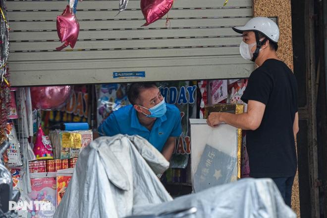 Cận rằm tháng 7: Phố Hàng Mã đìu hiu, vài tiểu thương vẫn hé cửa bán hàng  - 6