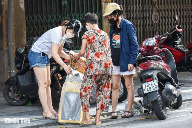 Cận rằm tháng 7: Phố Hàng Mã đìu hiu, vài tiểu thương vẫn hé cửa bán hàng  - 9