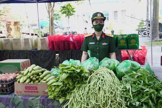 Phiên chợ đặc biệt dành cho hàng trăm người khó khăn ở Hà Nội - 3