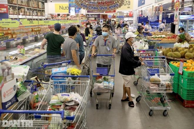 Người dân TPHCM đổ xô đi mua sắm, có siêu thị tăng 300% lượng hàng