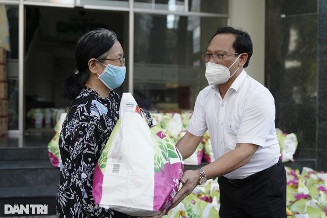 Trao tặng 2.000 túi an sinh tới người dân nghèo trong tâm dịch TPHCM - 5