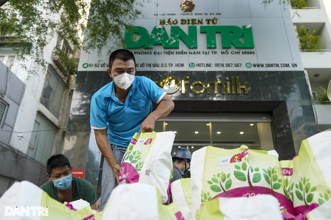 Trao tặng 2.000 túi an sinh tới người dân nghèo trong tâm dịch TPHCM - 8