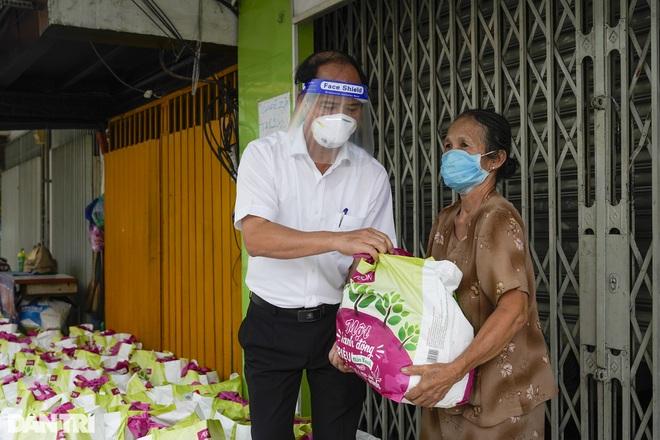 Trao tặng 2.000 túi an sinh tới người dân nghèo trong tâm dịch TPHCM - 2