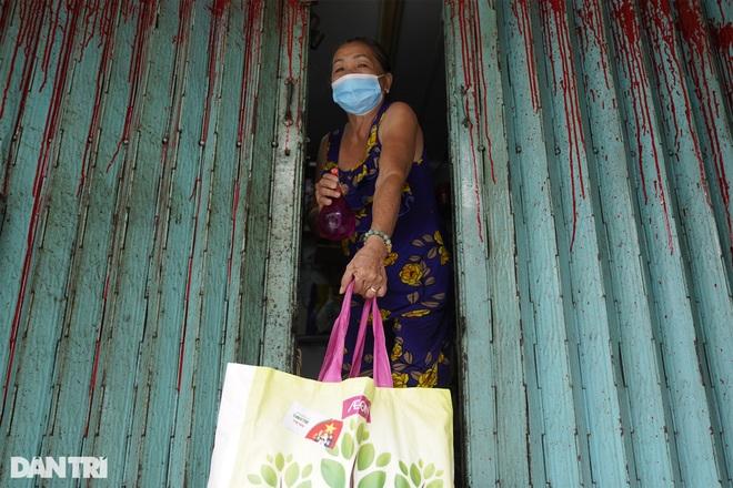 Trao tặng 2.000 túi an sinh tới người dân nghèo trong tâm dịch TPHCM - 7