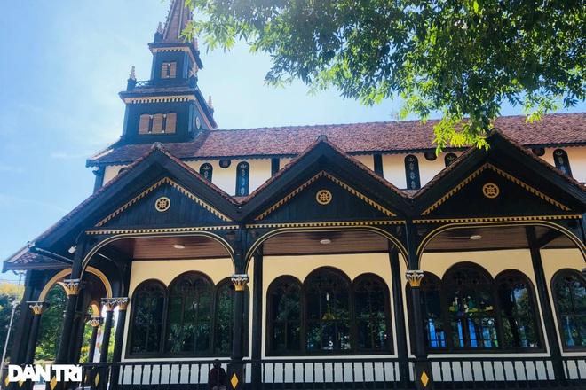 Cận cảnh ngôi nhà thờ gỗ hơn 100 năm tuổi giữa lòng thành phố Kon Tum - 2