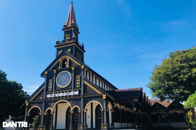 Cận cảnh ngôi nhà thờ gỗ hơn 100 năm tuổi giữa lòng thành phố Kon Tum - 1