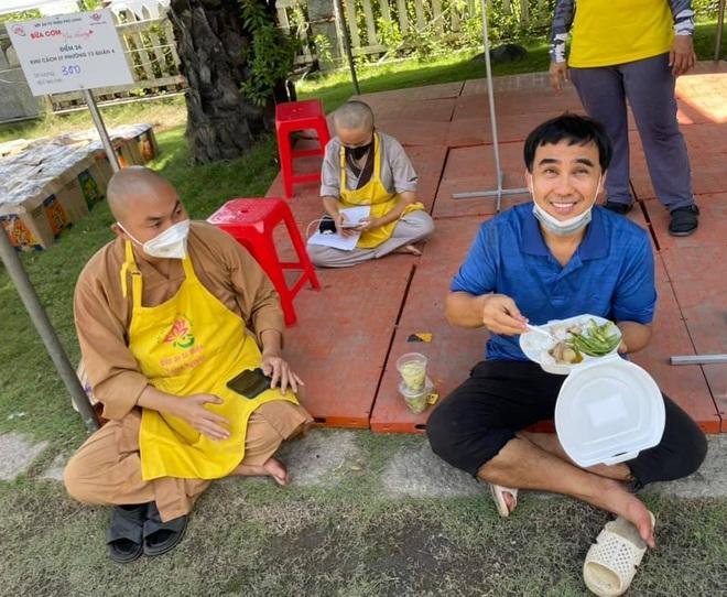 Đi phát gạo đến giờ siết chặt giãn cách, Quyền Linh vào chùa xin ngủ nhờ - 4