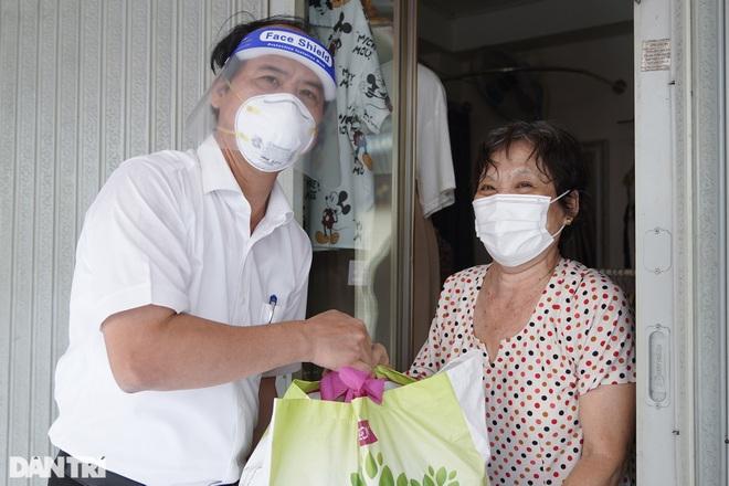 Trao tặng 2.000 túi an sinh tới người dân nghèo trong tâm dịch TPHCM - 1