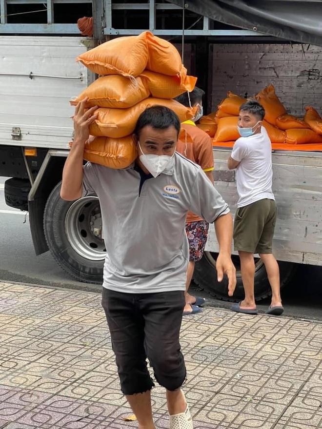 Đi phát gạo đến giờ siết chặt giãn cách, Quyền Linh vào chùa xin ngủ nhờ - 2