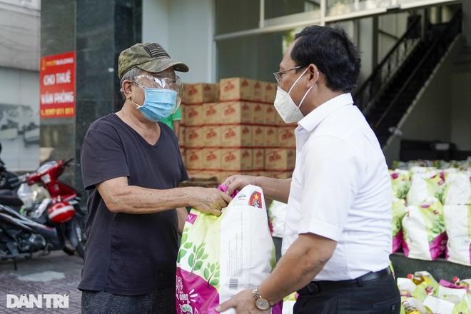 Trao tặng 2.000 túi an sinh tới người dân nghèo trong tâm dịch TPHCM - 9
