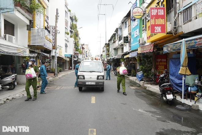 Trao tặng 2.000 túi an sinh tới người dân nghèo trong tâm dịch TPHCM - 11