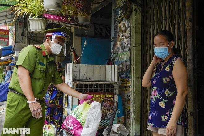 Trao tặng 2.000 túi an sinh tới người dân nghèo trong tâm dịch TPHCM - 12