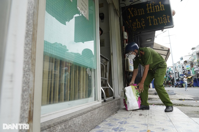 Trao tặng 2.000 túi an sinh tới người dân nghèo trong tâm dịch TPHCM - 10