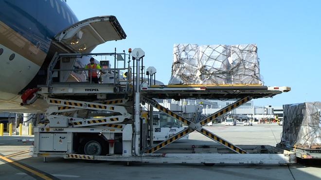 Gấp rút vận chuyển hàng trăm máy trợ thở, vật tư y tế từ Mỹ về Việt Nam - 1