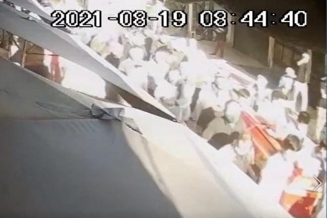 Hà Nội: Giật mình cảnh hàng trăm người đi đưa tang giữa dịch - 1
