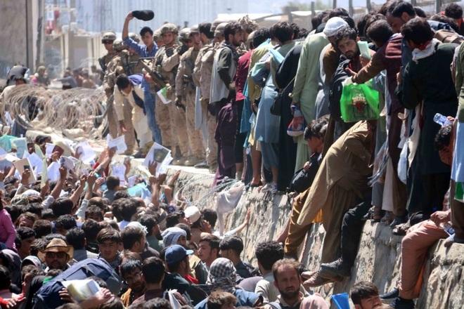 Hiện trường vụ nổ như ngày tận thế khiến 70 người chết tại sân bay Kabul - 11
