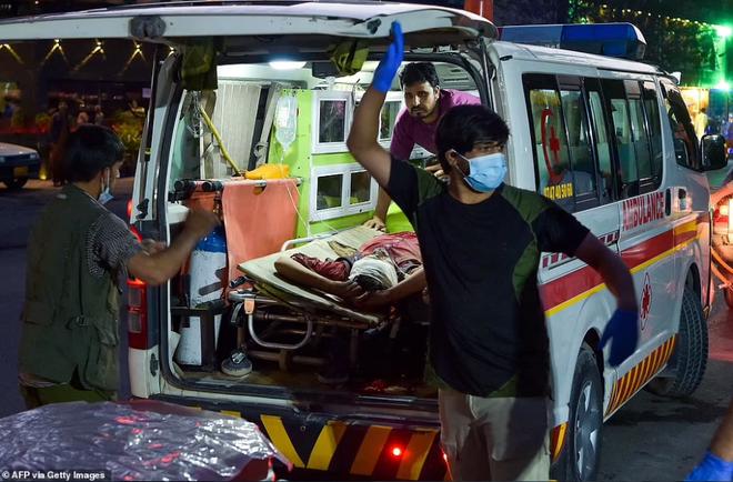 Hiện trường vụ nổ như ngày tận thế khiến 70 người chết tại sân bay Kabul - 1