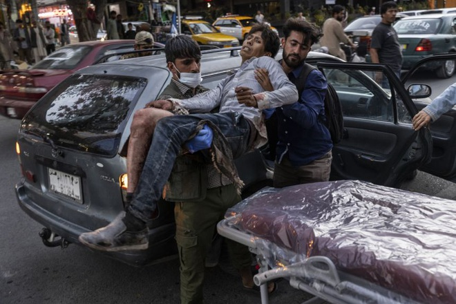 Hiện trường vụ nổ như ngày tận thế khiến 70 người chết tại sân bay Kabul - 7
