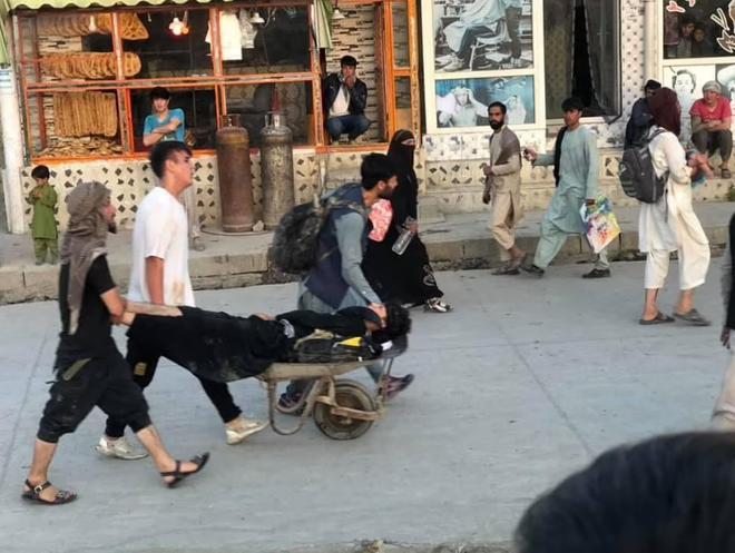 Hiện trường vụ nổ như ngày tận thế khiến 70 người chết tại sân bay Kabul - 6