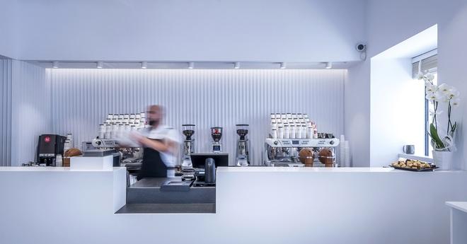 Quán cà phê không biển hiệu hay bàn ghế, chỉ bán mang đi vẫn hút khách - 8