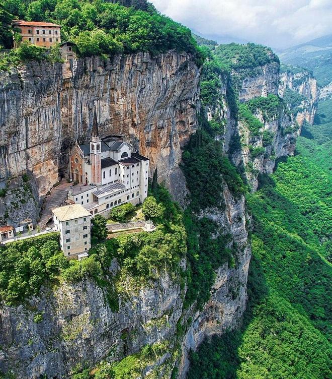 Choáng với nhà thờ nằm lơ lửng bên vách núi cao gần 800 m - 1