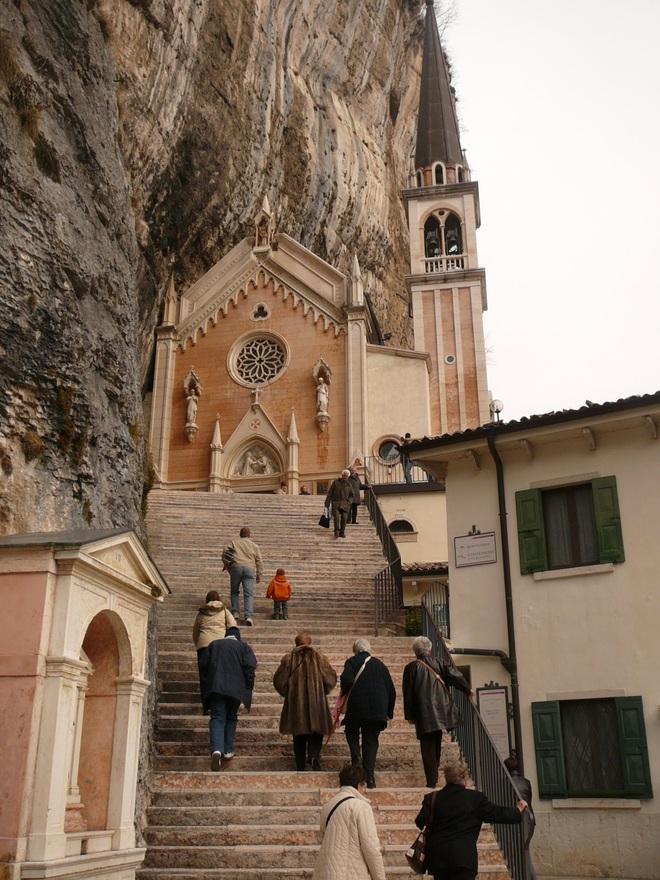 Choáng với nhà thờ nằm lơ lửng bên vách núi cao gần 800 m - 4