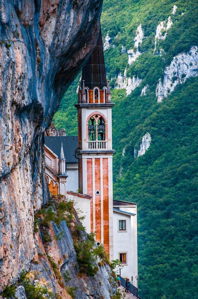 Choáng với nhà thờ nằm lơ lửng bên vách núi cao gần 800 m - 2