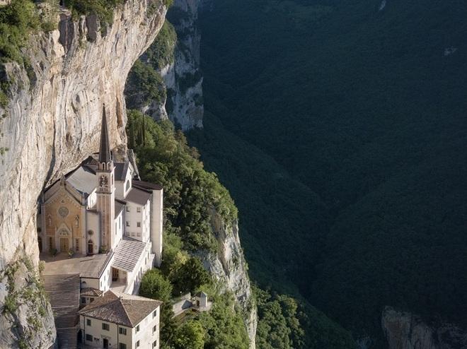 Choáng với nhà thờ nằm lơ lửng bên vách núi cao gần 800 m - 3