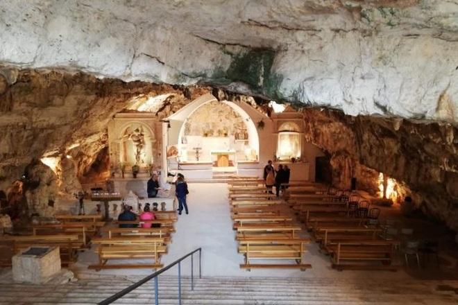 Choáng với nhà thờ nằm lơ lửng bên vách núi cao gần 800 m - 7