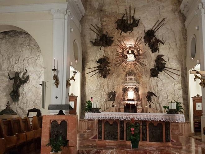 Choáng với nhà thờ nằm lơ lửng bên vách núi cao gần 800 m - 5