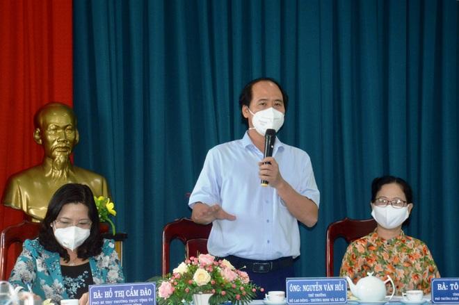 Thứ trưởng Bộ LĐ-TB&XH Nguyễn Văn Hồi làm việc với lãnh đạo Sóc Trăng về việc triển khai Nghị quyết 68 của Thủ tướng Chính phủ hôm 30/8.